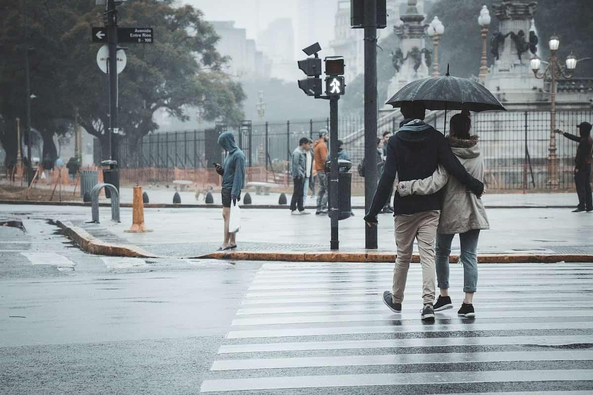 雨の日に、ボトムにロングスカートをはくのは危険